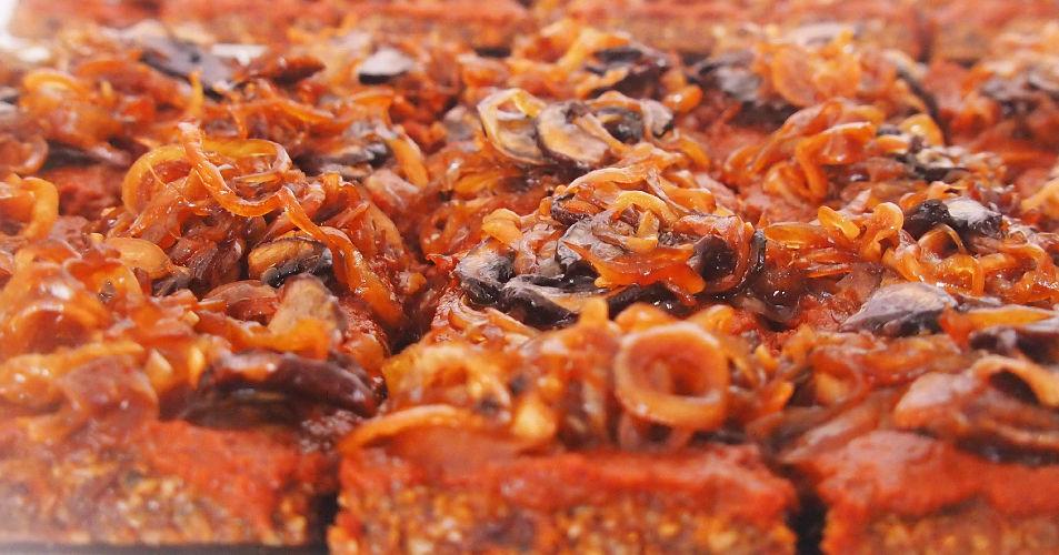 zwiebel-pizza-detail-karlsroh-brunch-tina-stanilewicz-rohkost-menue-froh-leben