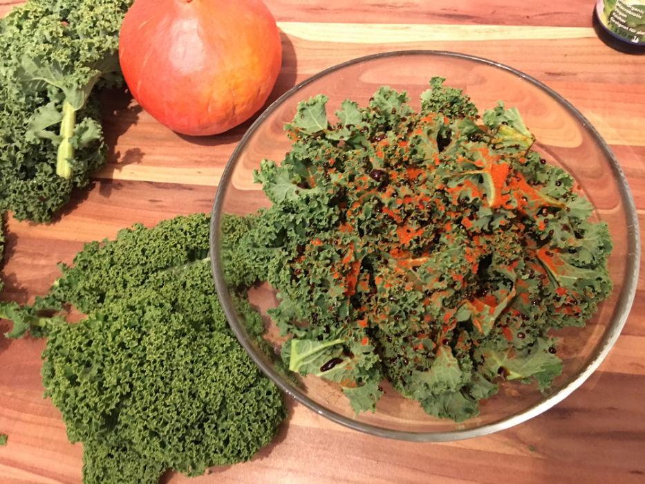 gruenkohl-chips-vorbereitung-tamari-sojasauce-froh-leben