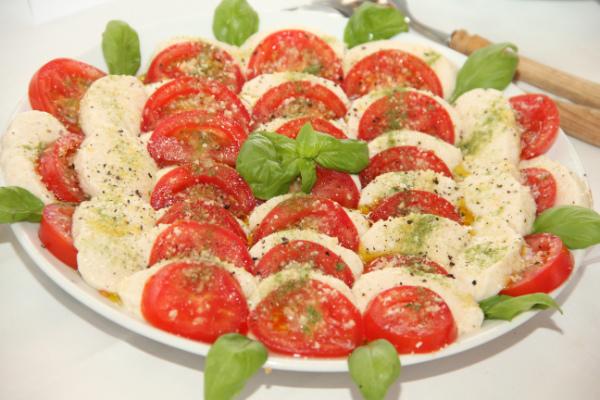 Tomaten-MozzaRohla-Platte Tina Stanilewicz KarlsRoh-Brunch